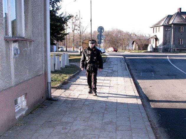 Strážník havířovské městské policie při pochůzce v okolí detašované služebny v Prostřední Suché.