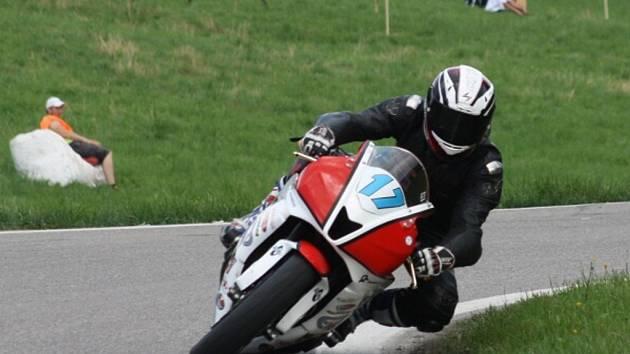 Olin Hanák na svém stroji Honda 600 při tréninku na Havířovský zlatý Kahanec.