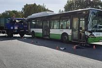Následky srážky autobusu a nákladního automobilu na Dlouhé třídě v Havířově-Podlesí.