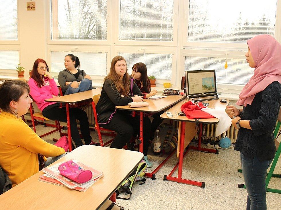 Studentům přednášeli vrstevníci ze zahraniční.