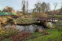 V parku Adama Sikory v Českém Těšíně čeká už skoro dva roky na opravu dřevěný mostek u jezírka.