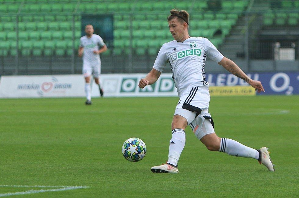 Karvinští fotbalisté (v bílém) remizovali s Mladou Boleslaví bez branek.
