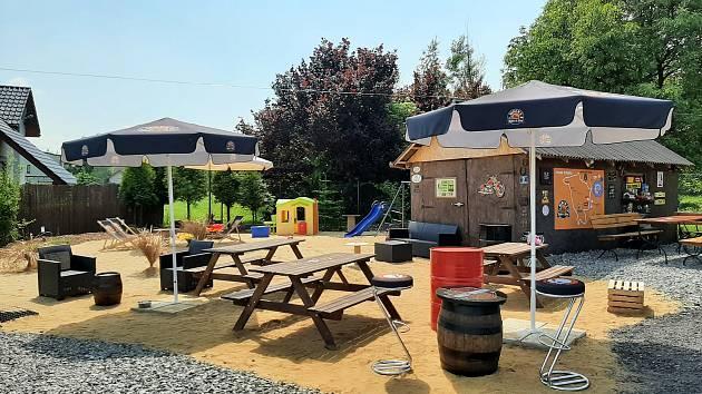 """V Zebrzydowicích poblíž """"železné cyklostezky"""" funguje nové bistro, kde mají dokonce písečnou pláž."""