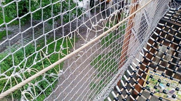 Ochranné sítě prořezali na stezce vříjnu dva osmiletí vandalové.