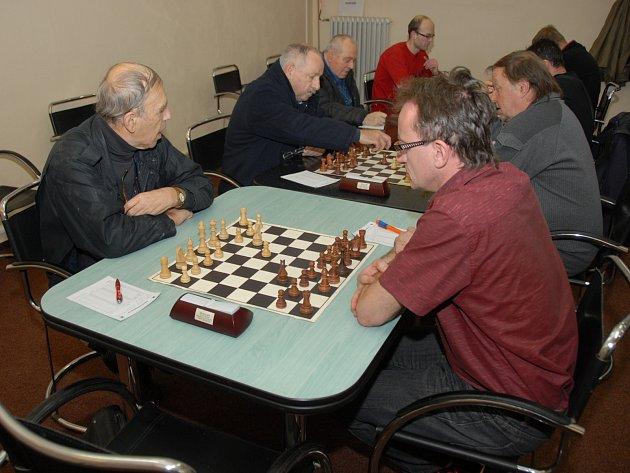 Bohumír Walowy (vlevo) získal bod s Třincem B, když zvítězil nad Ladislavem Malyrzem.