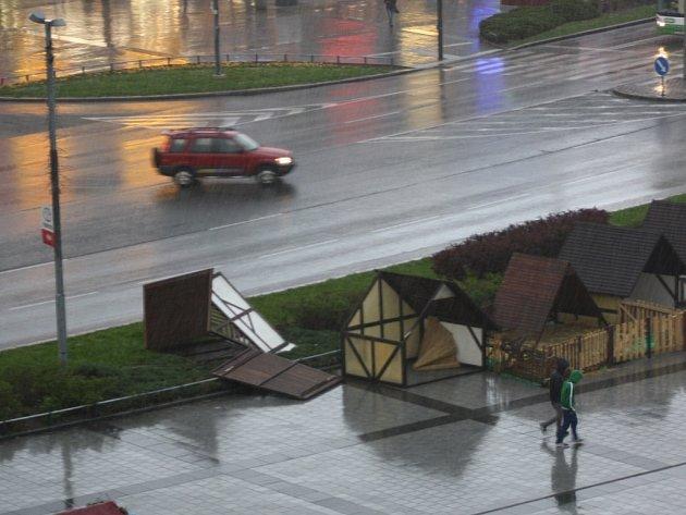 Prudký vítr zničil stánek Velikonočního městečka v centru Havířova.