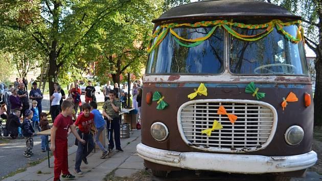 Z Majakovského ulice v Karviné-Mizerově zmizel starý autobus, který 25 let sloužil jako prodejna potravin. Rozloučit se sním přišly desítky lidí.