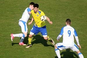 Jakub Padých (ve žlutém), hrdina posledního zápasu bohumínských fotbalistů.