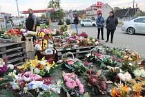 Tržiště v polských Chalupkách je jen pár stovek metrů za hranicí. Z velké části tam stále jezdí nakupovat Češi. Teď v říjnu nejčastěji dušičkové zboží a květiny.