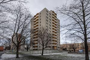 Dům v Bohumíně zhruba půl roku od tragického požáru, konec ledna 2021. Dělníci opravili ohořelou fasádu a poškozené byty.