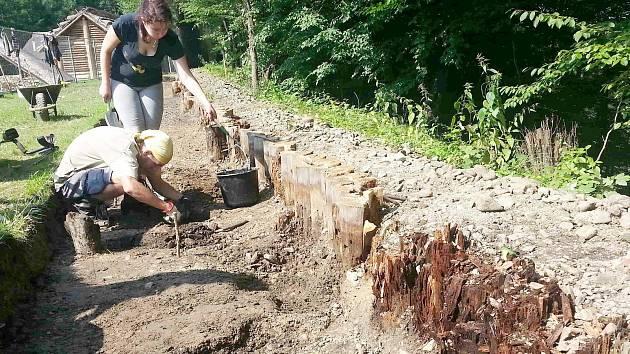 Nové objevy? Součástí velkých oprav dřevěných staveb v Archeoparku Chotěbuz-Podobora je i další archeologický průzkum daných míst.