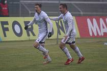 Karvinští fotbalisté (v bílém) vezou těsnou výhru z Příbrami. Na snímku vlevo Lukáš Bartošák, autor jediného gólu. Gratuluje mu Roman Haša.