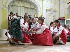 Třetí neděli letošního ročníku folklorní přehlídky Máj nad Olzou se v Darkově představil mj. folklorní soubor Vonička z Havířova.