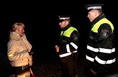 Českotěšínští strážníci upozorňují chodce a cyklisty, aby se po silnicích pohybovali řádně osvětleni. Může jim to zachránit život.