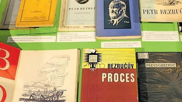 Slezského barda, básníka Petra Bezruče, chce připomenout výstava, která je od včerejška k vidění v karvinské výstavní síni Muzea Těšínska na Masarykově náměstí. Přiblíží Bezručovo dílo i mnohá místa, která jsou s jeho jménem spjatá.