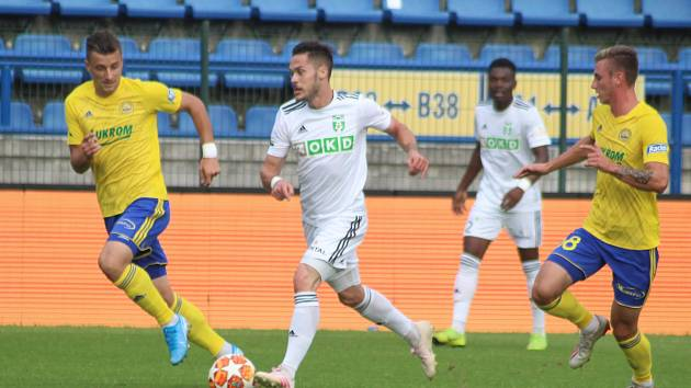 Martin Bukata (u míče) odehrál ve Zlíně skvělý zápas.