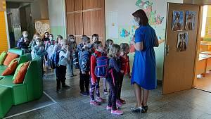 Nejmenší školáci na ZŠ Dělnická v Karviné si zarecitovali básničku.