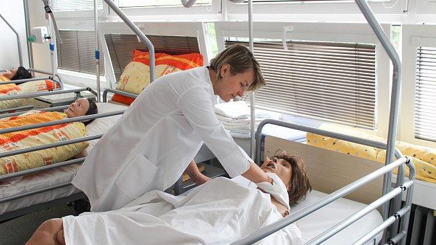 Hygiena, stravování, polohování... Domácí pečovatelé si mohou v kurzech nacvičit řadu potřebných dovedností.