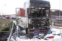 Oheň kamion zcela zničil.