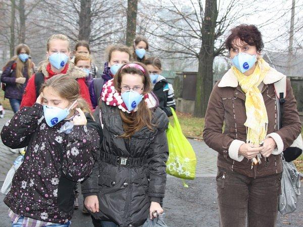 Školáci ve Stonavě na Karvinsku chodí vdobě smogové inverze srespirátory.