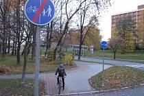 V Havířově musejí cyklisté každou chvíli brzdit a dávat přednost autům, proto se cyklostezkám raději vyhýbají.