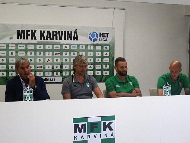 Tisková konference ligové Karviné. Zleva manažer Lubomír Vlk, trenér Jozef Weber, kapitán Pavel Eismann a Marek Janečka.