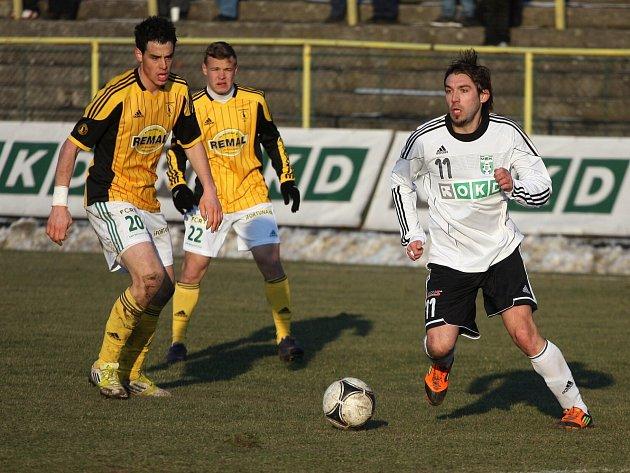 Fotbalisté Karviné (v bílém) remizovali doma s Bohemkou 0:0.