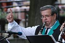 Muzikant Milan Kupka letos oslavil sedmdesátiny. Od mala hraje v symfonickém orchestru Májovák a už třicet let kapelníkem dechovky Malá černá hudba.