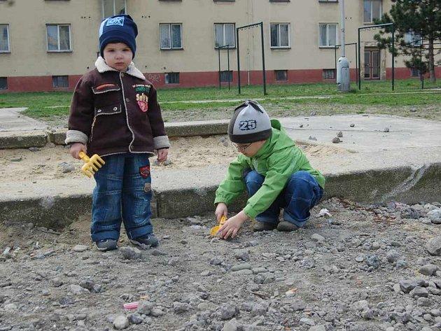Prostor kolem dětského pískoviště připomíná staveniště.