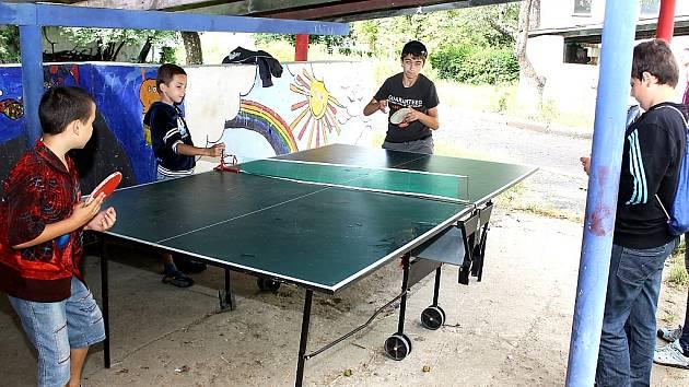 Mukačevské děti trénují stolní tenis.