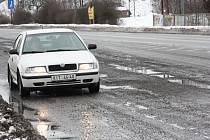Děravé silnice čekají na opravu.