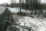 Místo tragické dopravní nehody BMW na Lazecké ulici v Orlové. V tomto místě auto přerazilo betonový sloup a pokračovalo několik metrů dále mezi stromy.