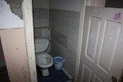 Školní dívčí toalety.