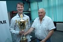 Ukrajinec Alexandr Kislinsky s pohárem pro vítěze Karviná Open.