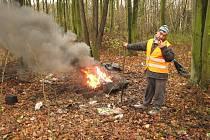 Izolace se sběrači barevných kovů zbavují opalováním v ohni.