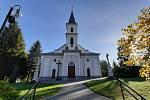 V kostele v Horní Suché vandalové rozbili už tři vitrážová okna.