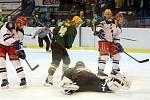 Karvinští hokejisté (v bílém) porazili Vsetín.