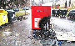 Celkem devět kusů kontejnerů ve třech ulicích zapálil stupidní vandal při noční procházce městem.