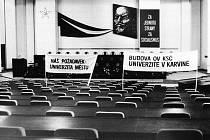 Prostory OV KSČ během lednových dnů v roce 1990.