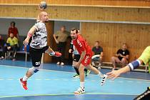 Novou tváří v MHK Karviná je Michal Paululik (u míče), který se vrátil z Německa.