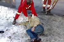 Častý obrázek dnešních dní. Záchranáři musejí zachraňovat na ulici lidi, kteří to poněkud přehnali s alkoholem.