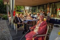 Klienti SeneCura SeniorCentra Havířov si i přes zhoršující se epidemiologickou situaci užili slunečný zářijový den v zahradě a na terase jejich domova.
