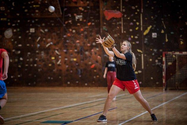 Betty Witová chytá míček na druhé metě.