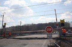 Železniční přejezd na tahu přes Stonavu je na několik měsíců pro silniční dopravu zcela neprůjezdný.