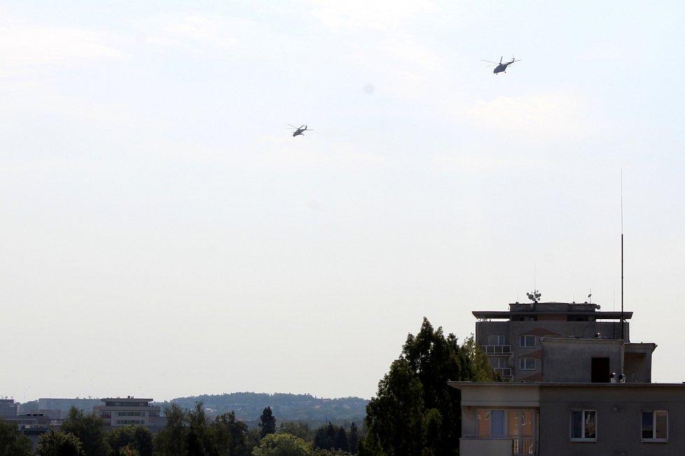 Přelet armádních vrtulníků nad Havířovem.