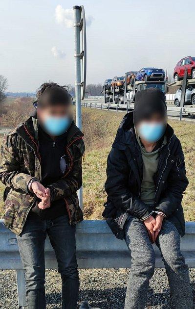 Zadržení migranti zAfghánistánu.