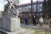 Poznávací procházka Havířovem zaměřená na sochy. Horník u ZŠ Gorkého.