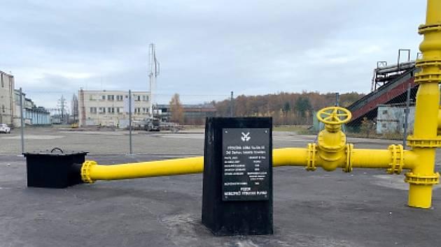 Zabetonovaný poval těžní jámy. Ze země vede pouze komínek, který odvádí metan.