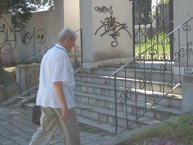 Vandalové se nezastavili ani před doubravskou hřbitovní zdí.