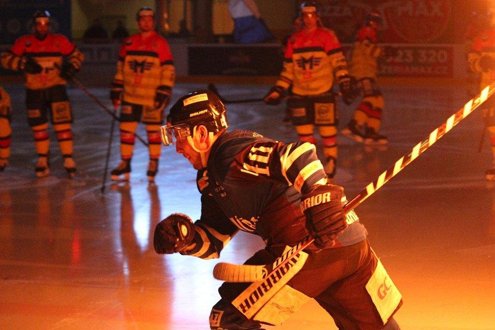 Také třetí čtvrtfinále mezi hokejisty Havířova (v modrém) a Českých Budějovic nabídl parádní hokej.